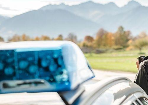 Blaulicht mit Polizistin