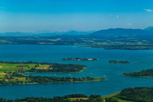 Chiemsee mit Schafwaschner Bucht und Fraueninsel Hoetzi