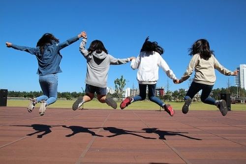 Jugendliche Springen