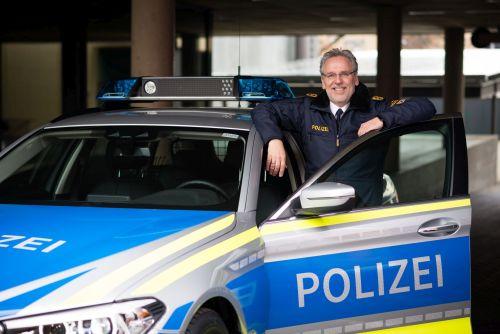 Kopp vor Polizeiauto