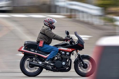 Motorradfahrer seitlich
