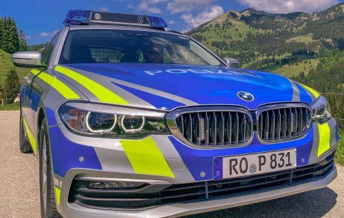 Polizeiauto vor Bergkulisse