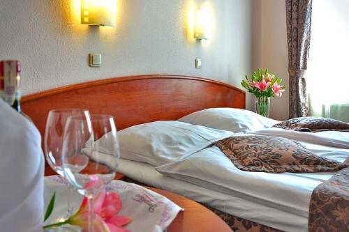 hotel room 1261900 640