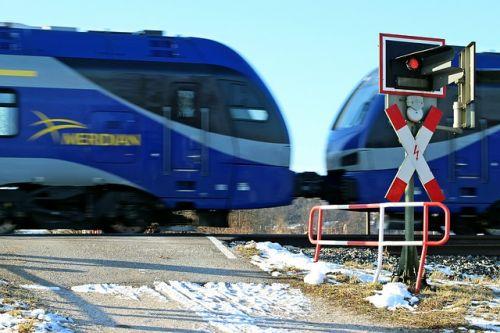 train-254399 640